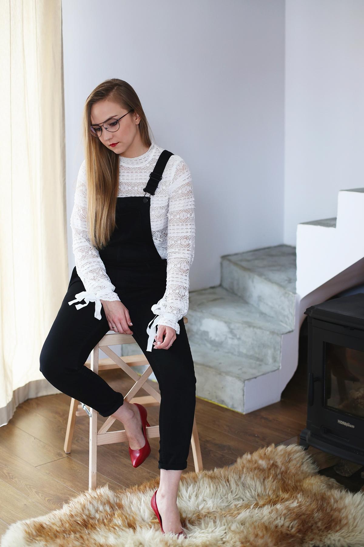 Stylowe Dziewczyny - romantyczna stylizacja z ogrodniczkami i koronkową bluzką