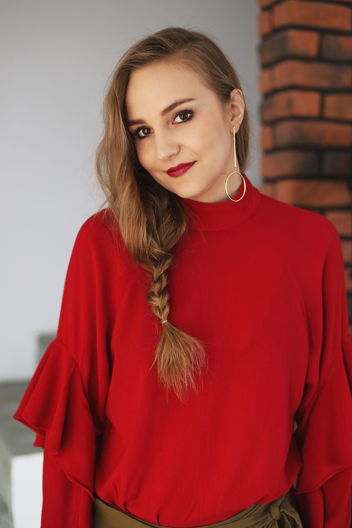 Stylowe Dziewczyny - romantyczna stylizacja z czerwoną falbaniastą sukienką i spódnicą khaki