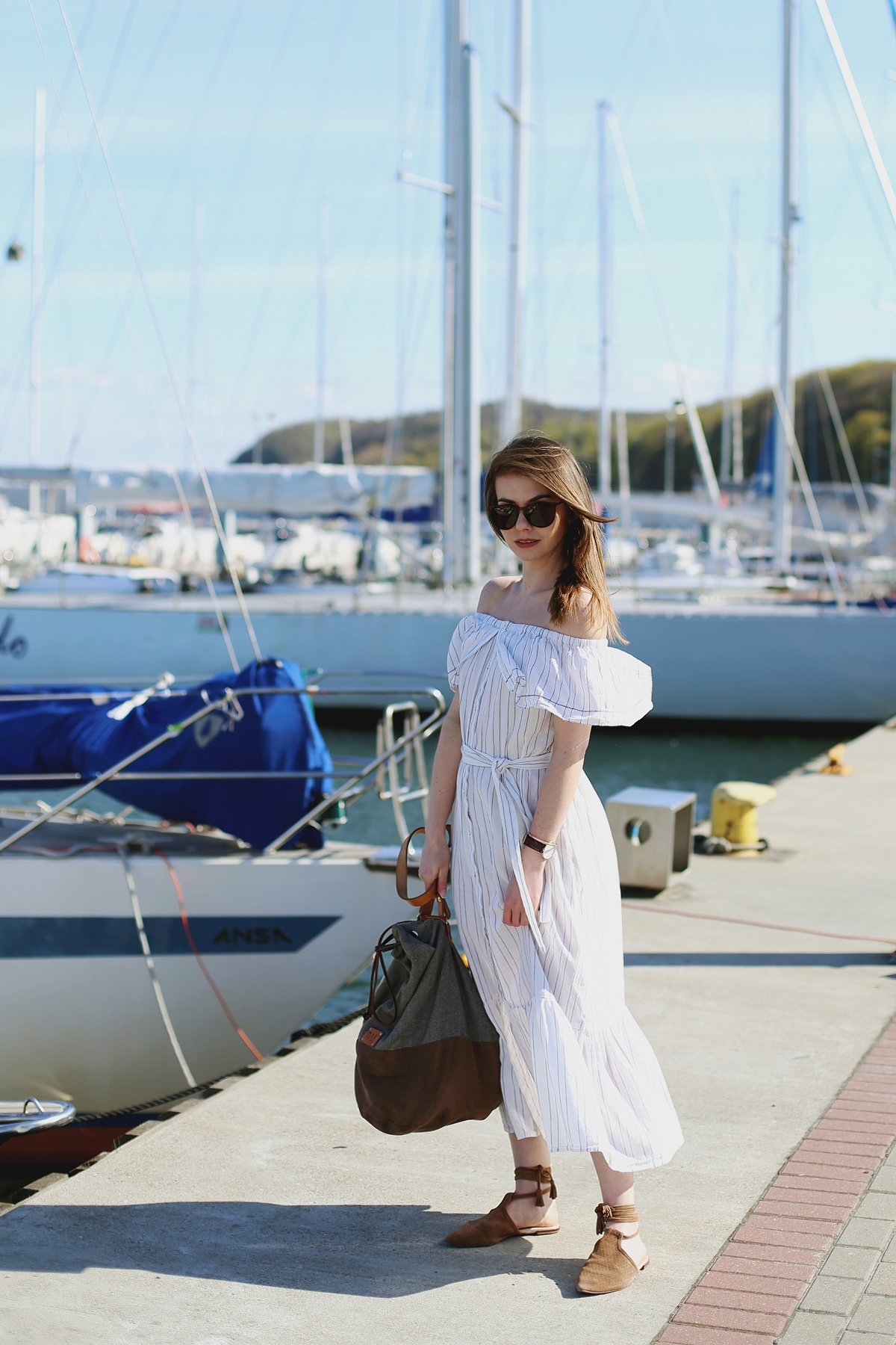 Biała sukienka z odkrytymi ramionami - sesja modowa na plaży