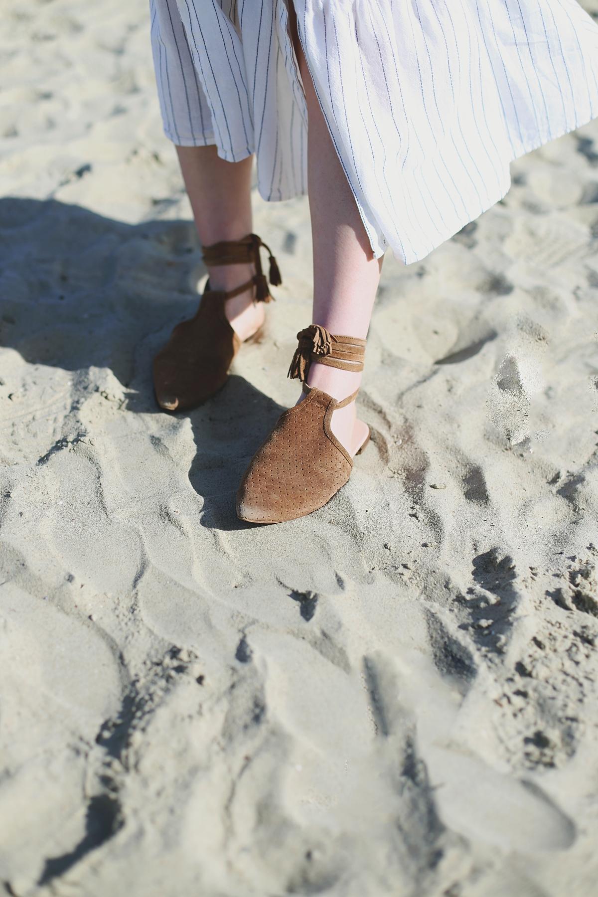 Wiązane klapki boho - sesja modowa na plaży