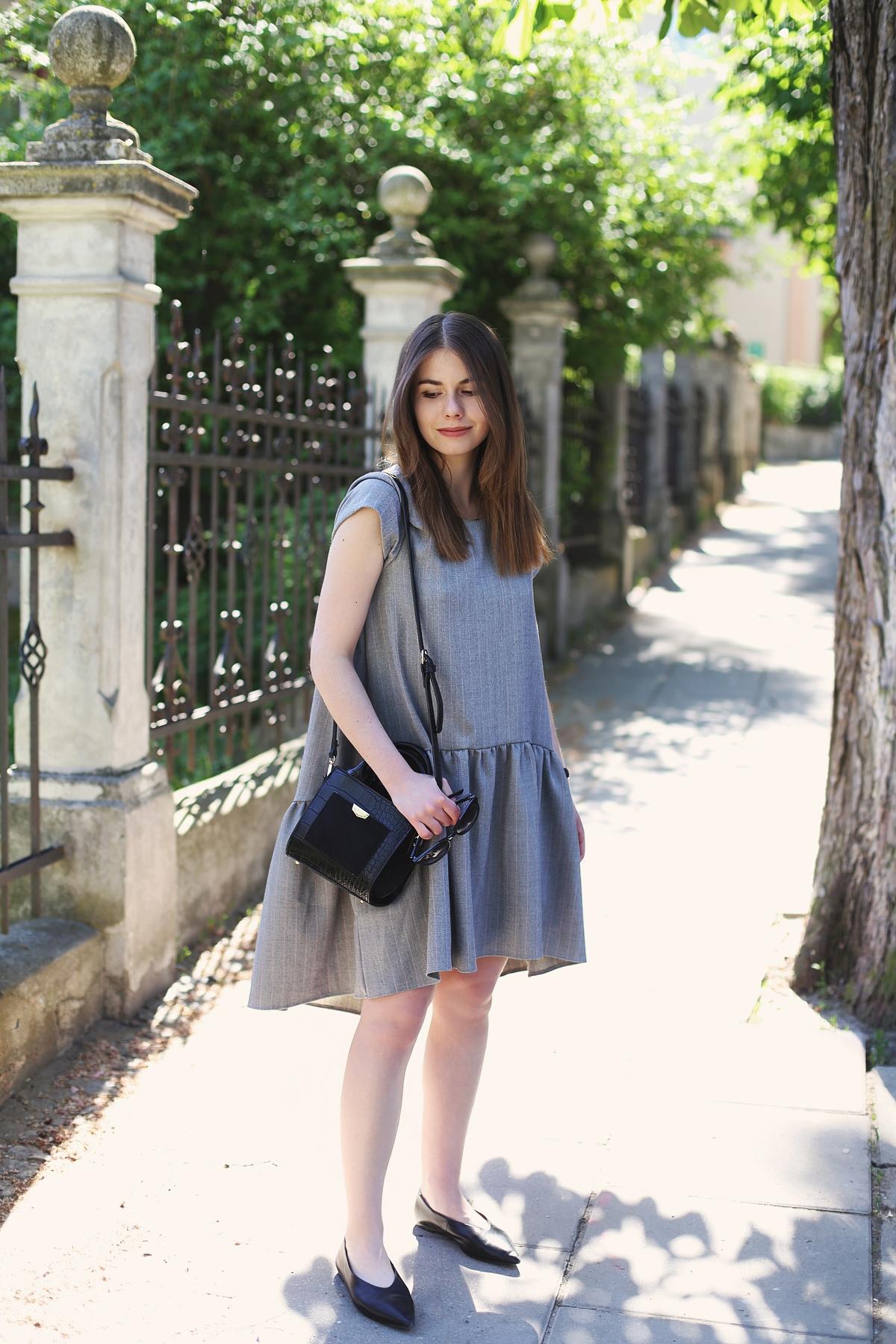 Blog o modzie: szara sukienka oversize z rozkloszowanym dołem