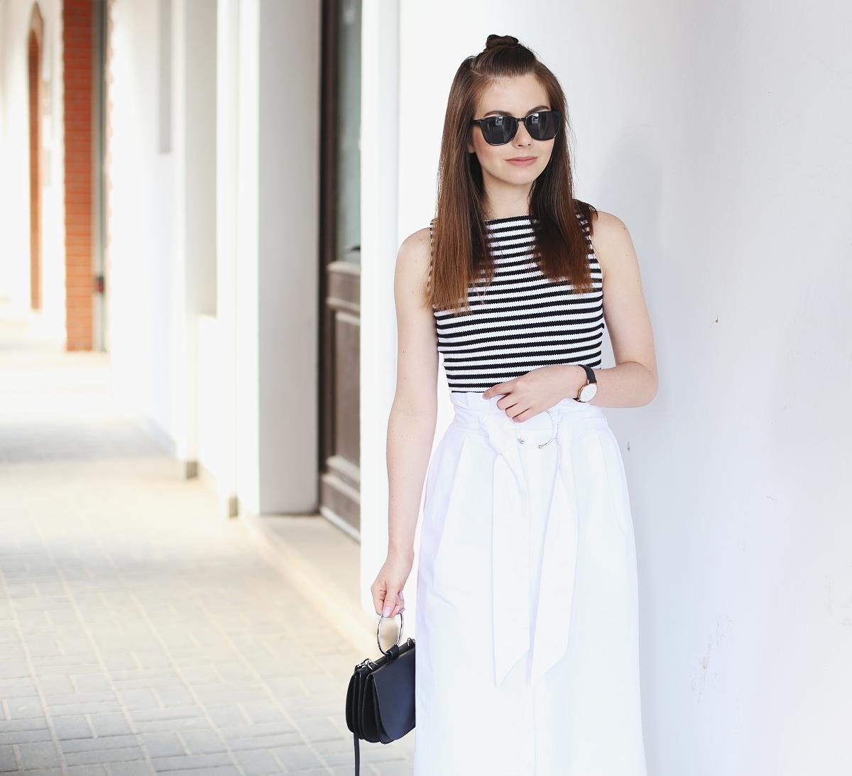 Stylizacja: krótki top w paski & biała spódnica z klamrą