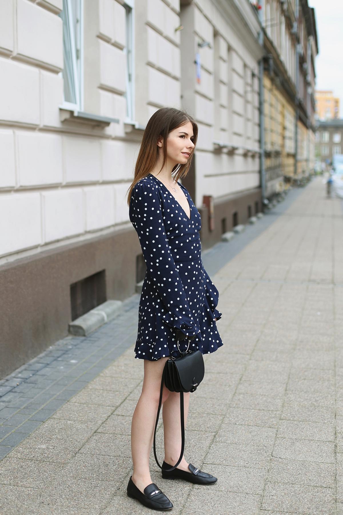 Włoski styl w modzie: kombinezon w grochy