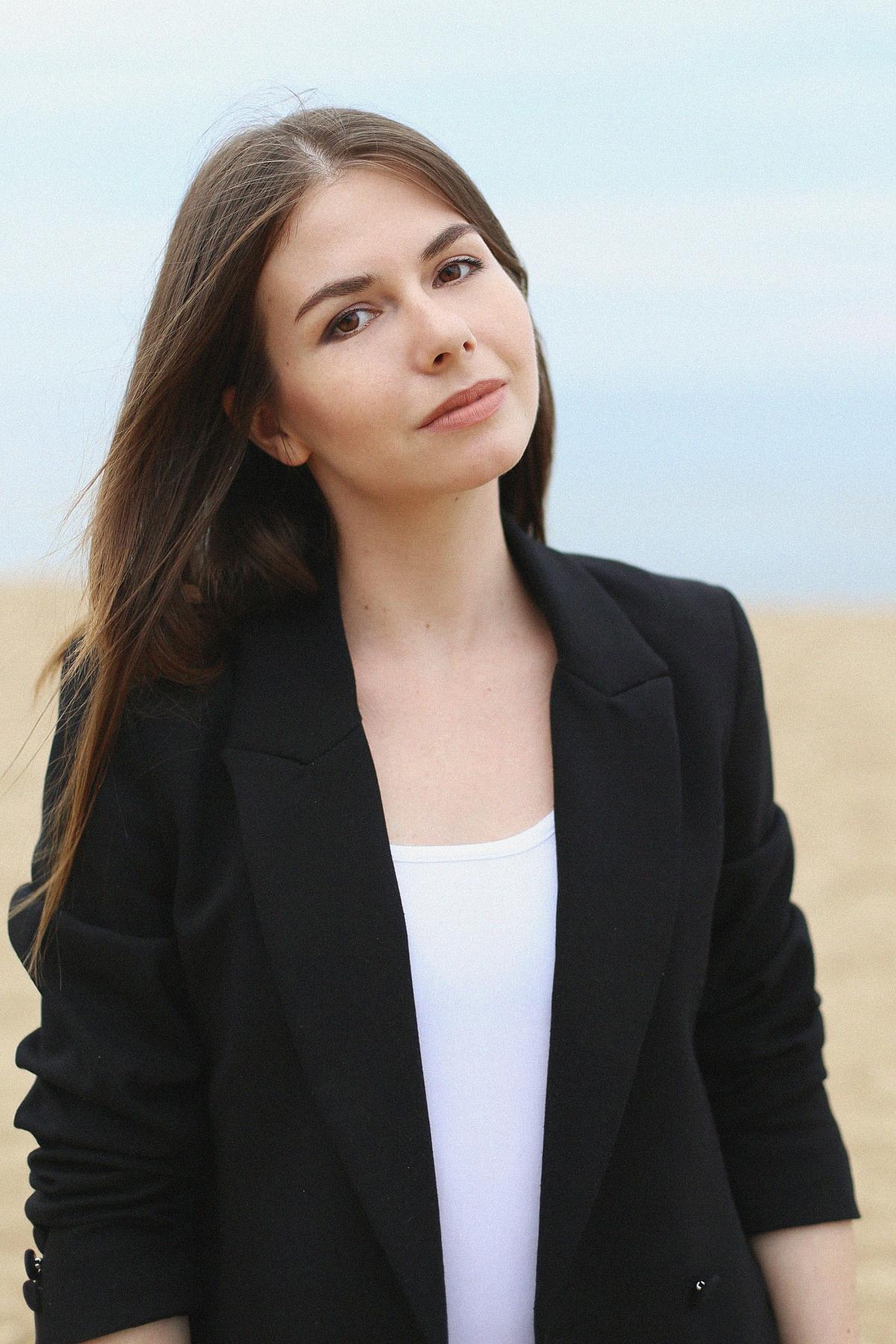 Minimalizm - biała sukienka i czarna marynarka oversize