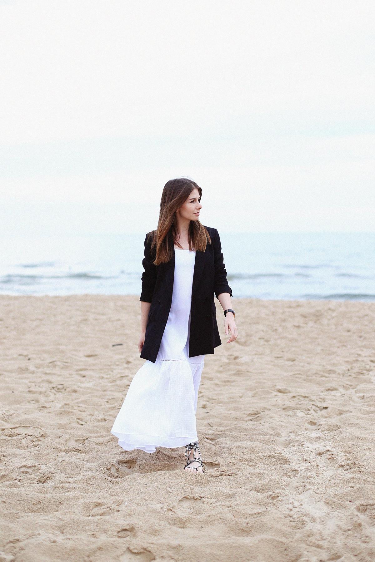 Stylizacja: biała sukienka maxi i męska marynarka