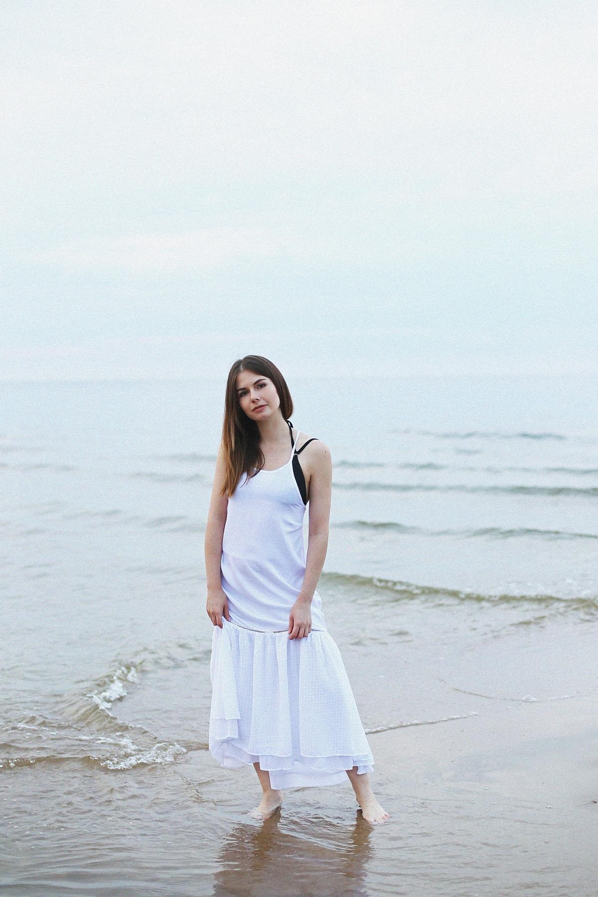 Sesja na plaży: biała sukienka maxi