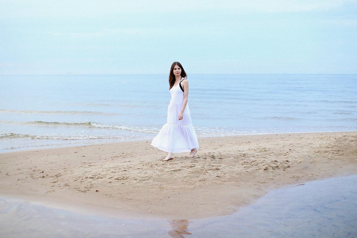 Stylizacja: biała sukienka maxi