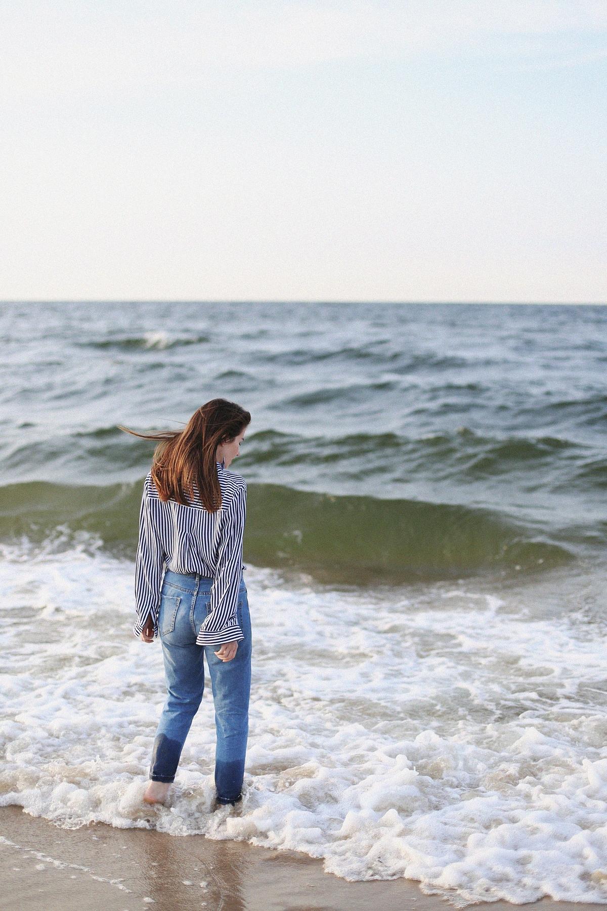 Koszula w paski i mom jeans