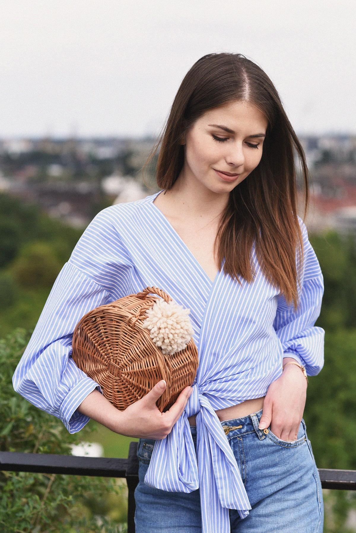 Zakładana koszula wiązana w pasie i okrągły koszyk DIY