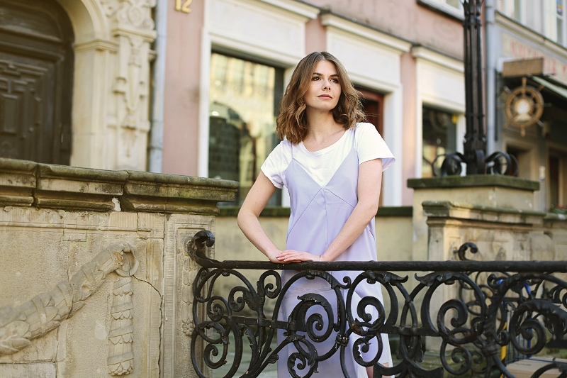 T-shirt i minimalistyczna sukienka na ramiączkach