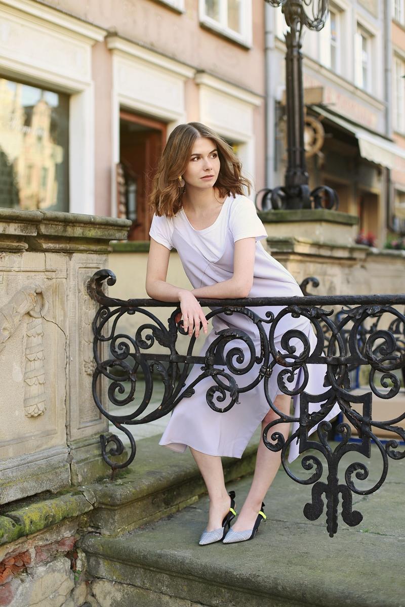 Stylizacja: asymetryczna sukienka & biały T-shirt