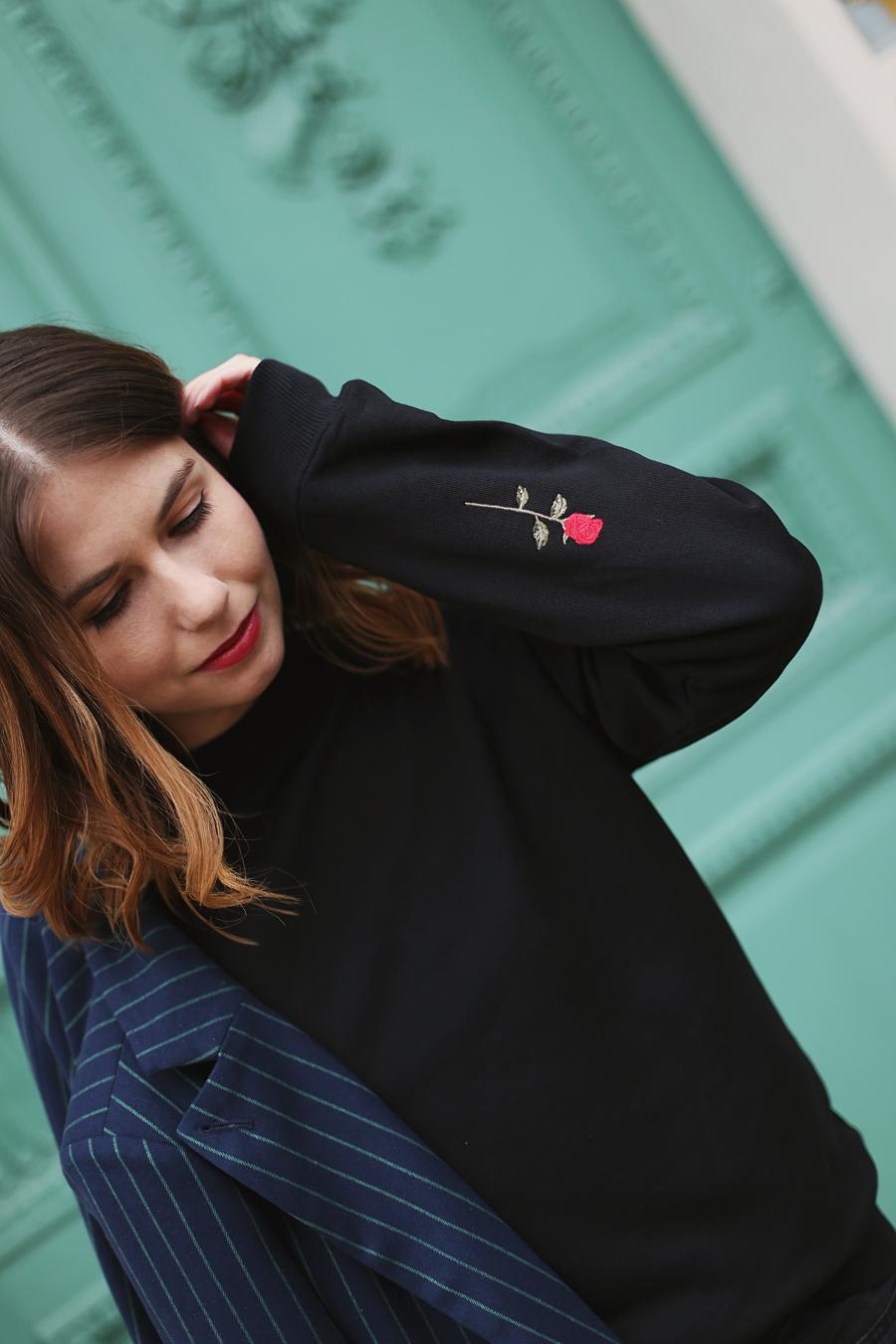 Fokus na detal: haftowane róże na rękawach