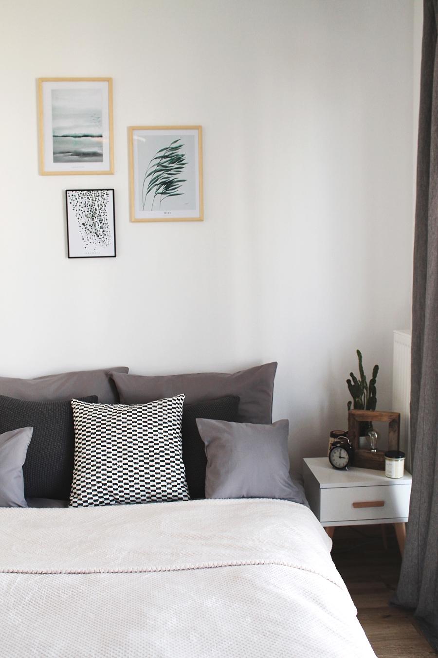 sypialnia - obrazy botaniczne Margo Hupert, łóżko, poduchy, stolik nocny