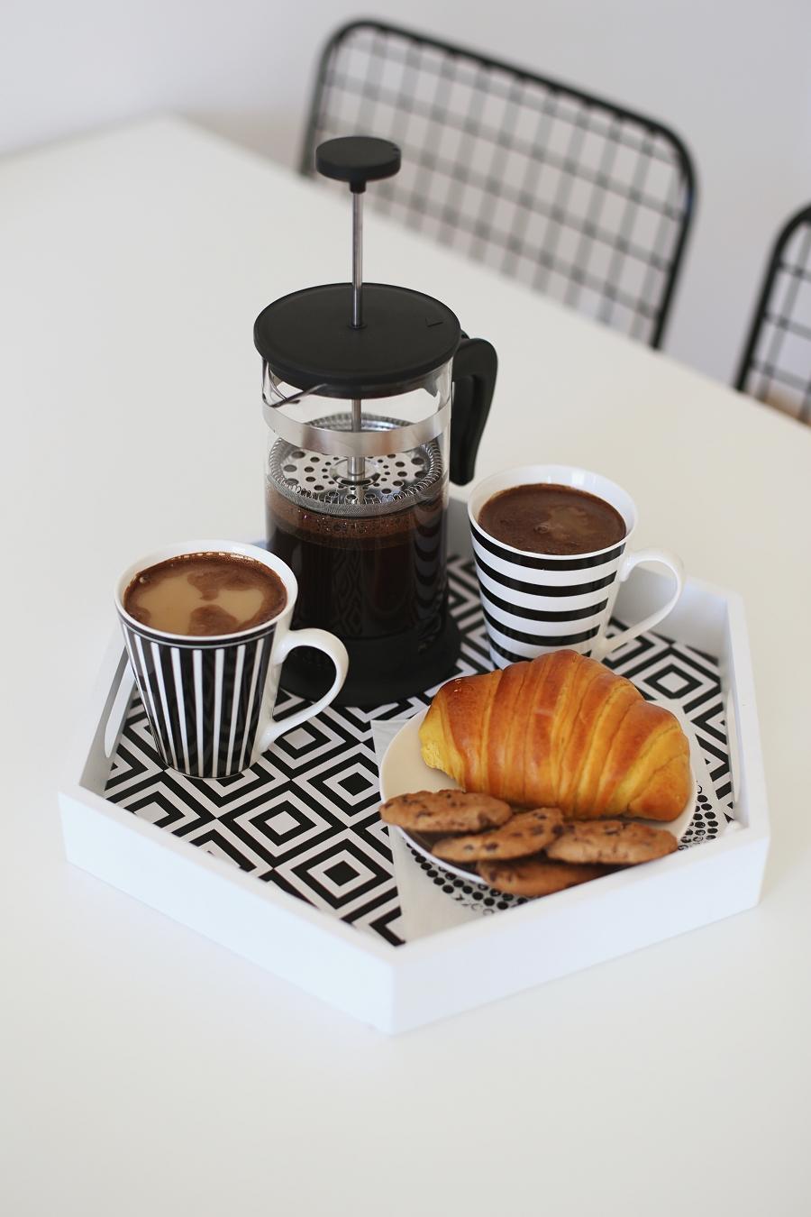 Śniadanie - taca, kawiarka