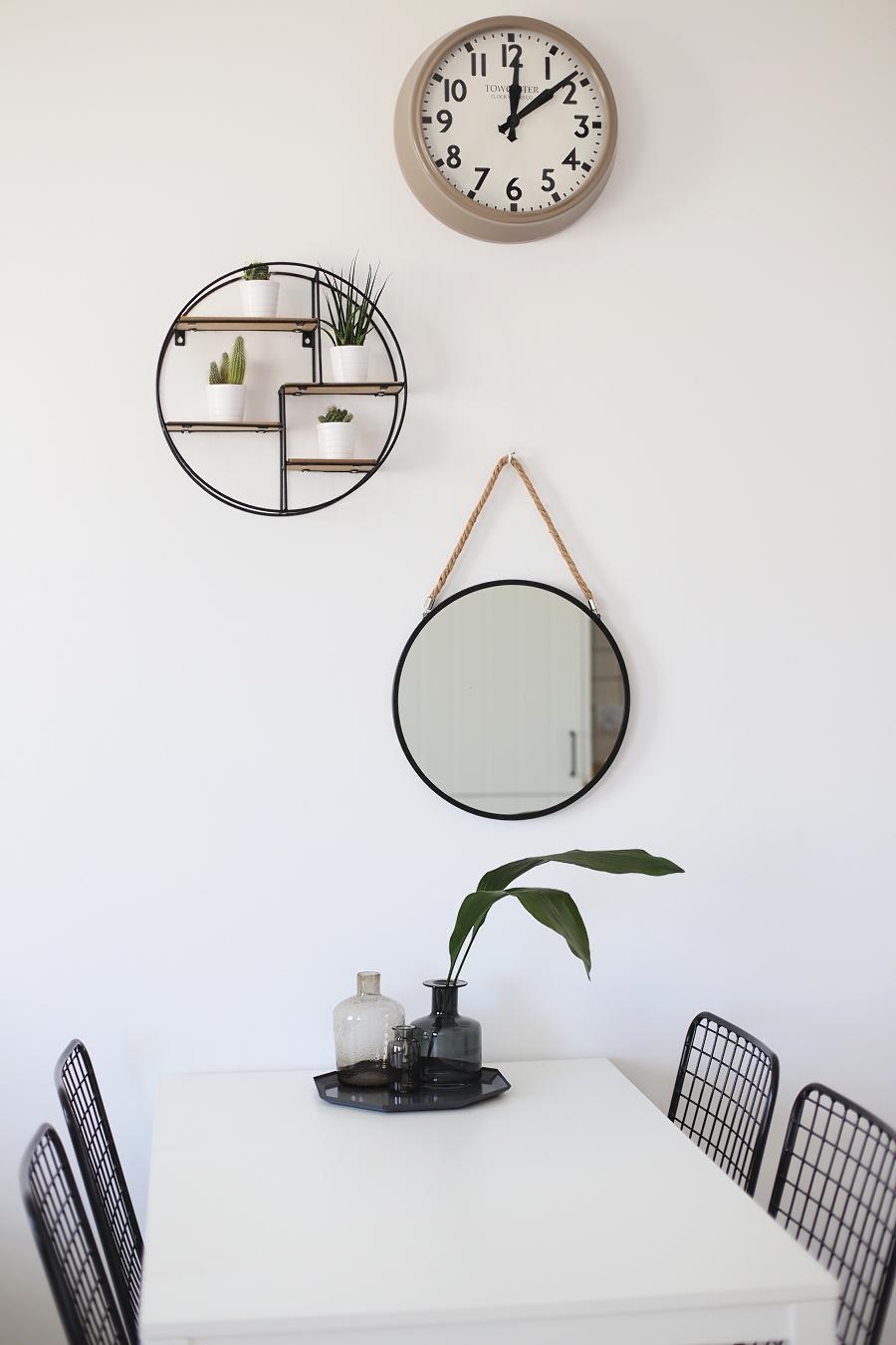 Jadalnia - biały stół, półka industrialna, zegar, lustro na sznurku, ręcznie robione krzesła metalowe