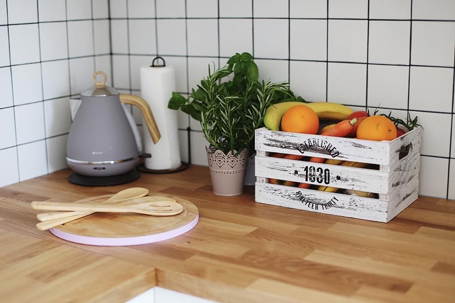 Kuchnia - akcesoria - skrzynka na warzywa, przyprawy, czajnik, deska