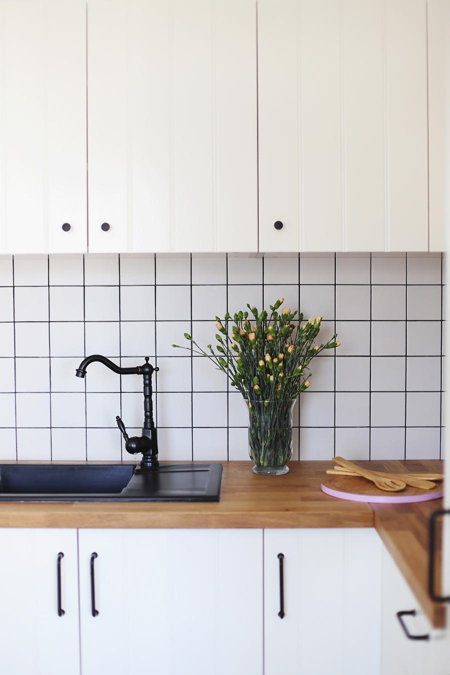 Kuchnia Ikea Hittarp, retro bateria, świeże kwiaty, kwadratowe płytki