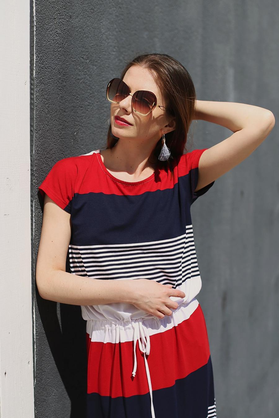 Styl marynarski – sukienka maxi w paski i okulary muchy