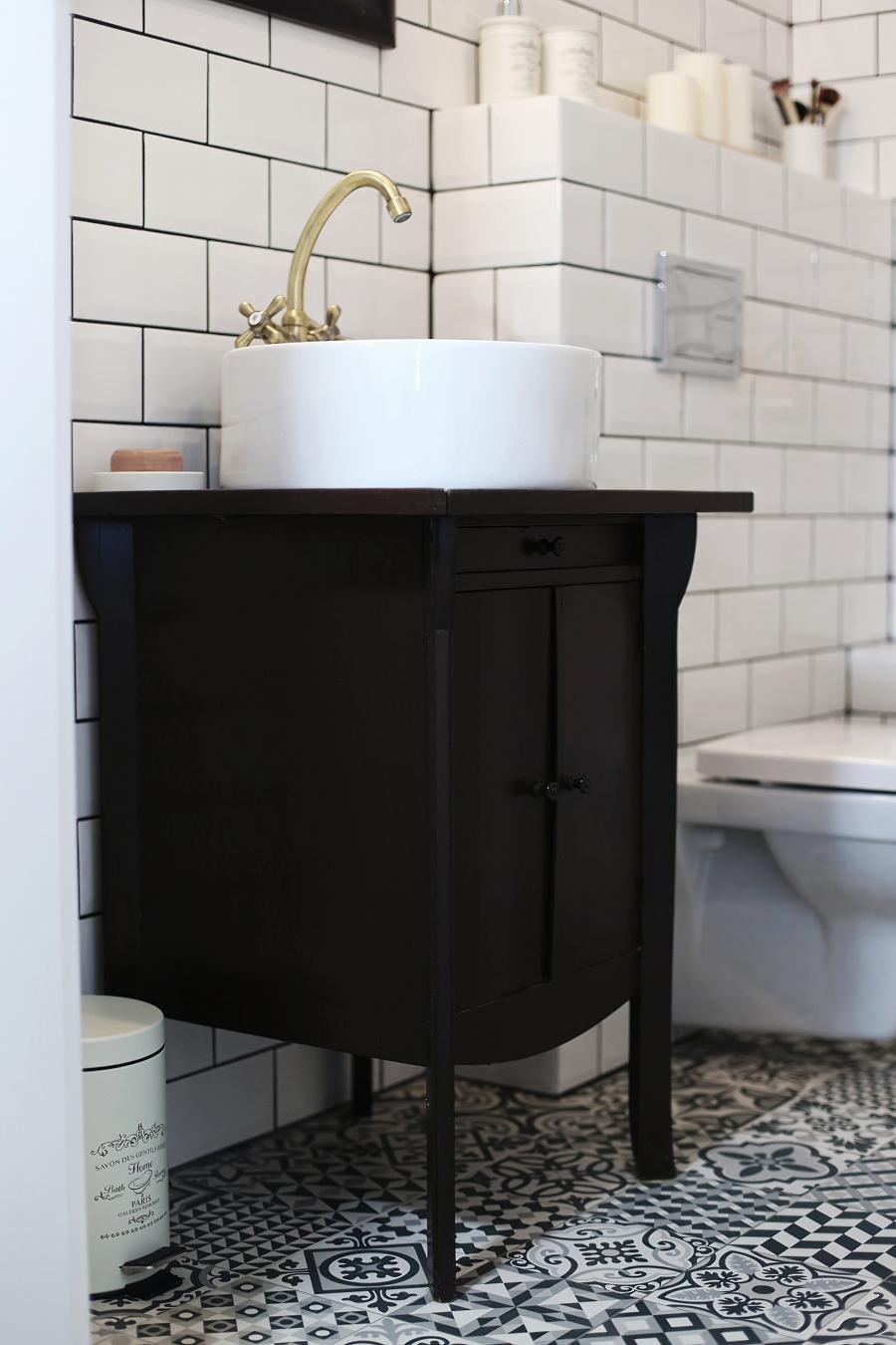 Mała łazienka - szafka retro pod umywalkę