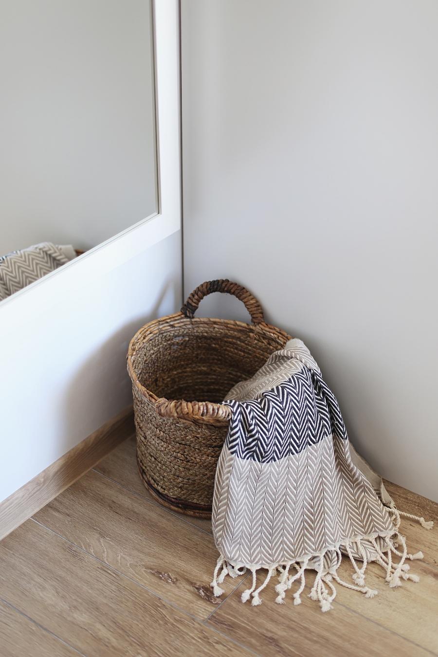 sypialnia - dodatki: koszyk z juty, pled