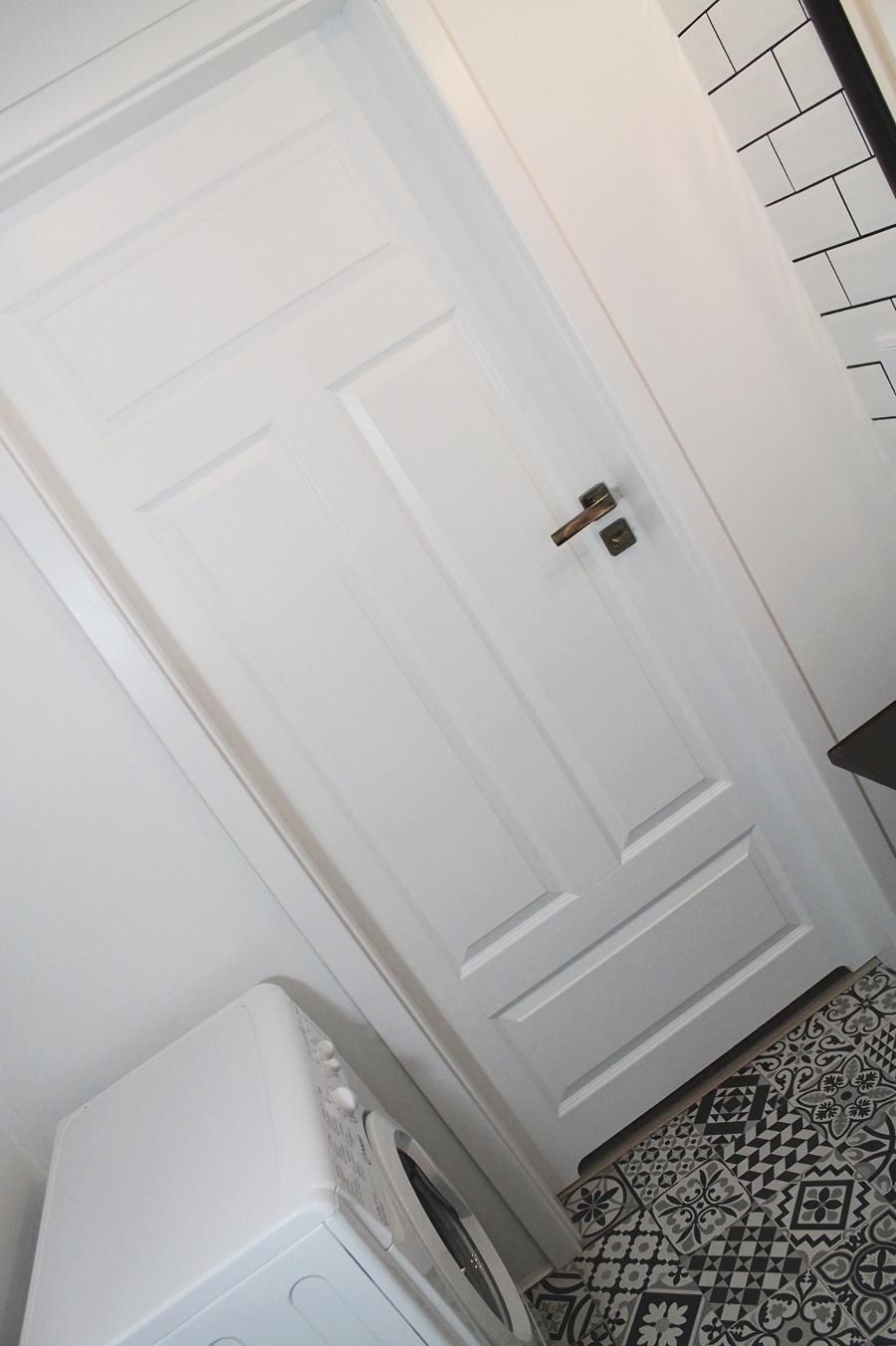 Mała łazienka - drzwi