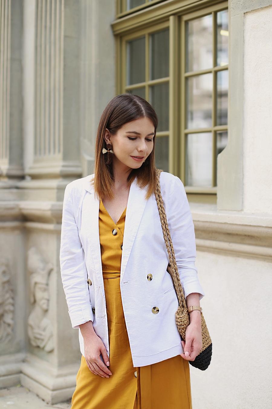 Miodowa sukienka 7/8, biała marynarka, pleciona torebka, sznurkowe kolczyki
