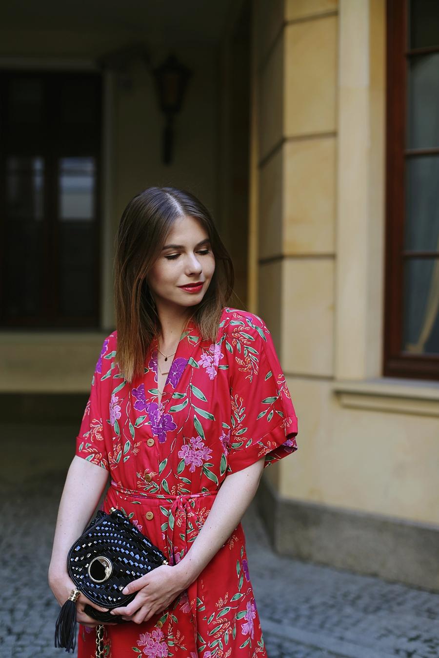 ANSWEAR.com total look - czerwona kwiecista sukienka 7/8, pleciona torebka Just Cavalli
