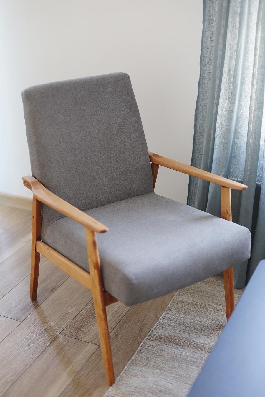 Salon z zielonymi akcentami - odnowiony fotel PRL