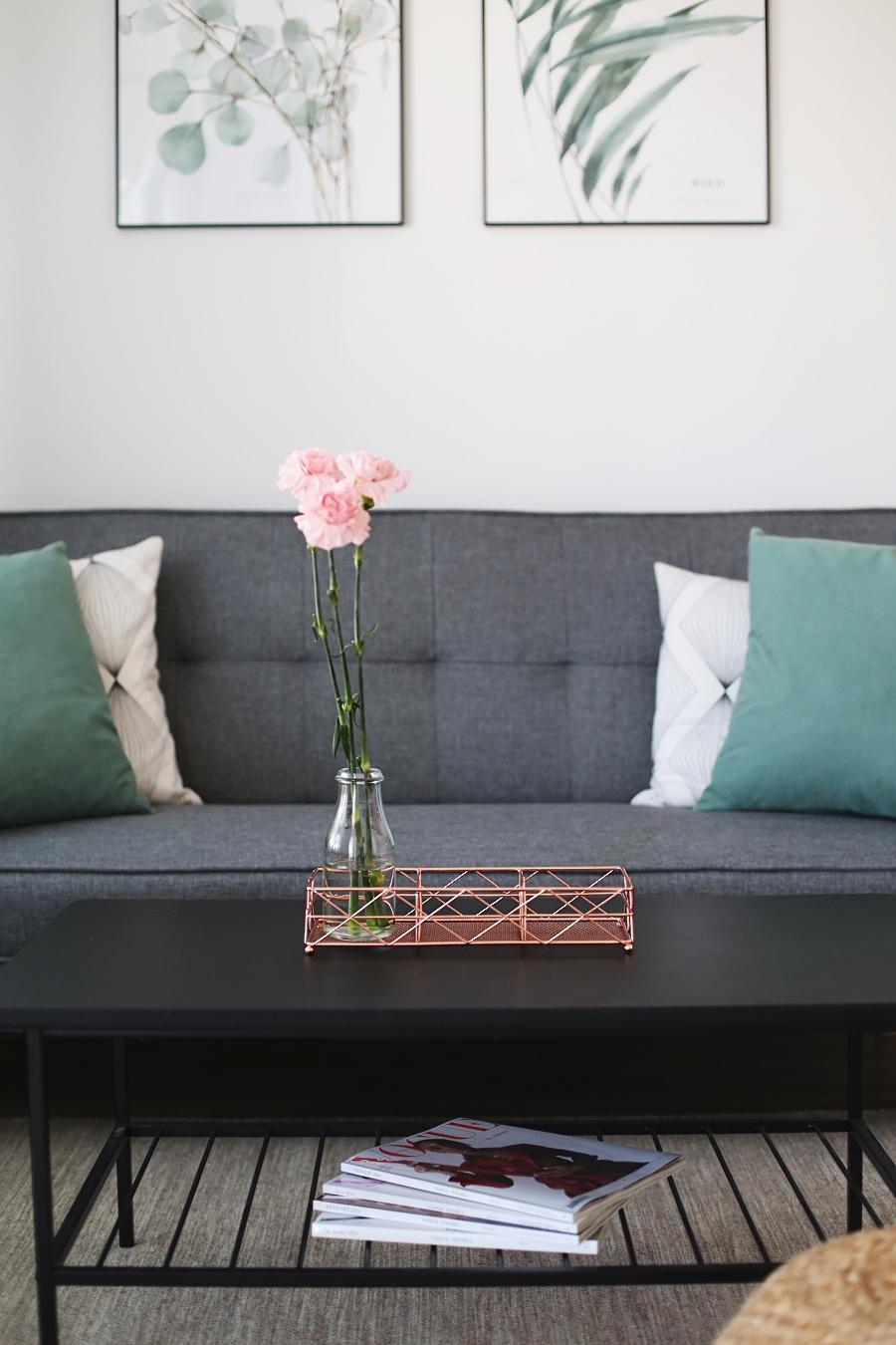 Salon z zielonymi akcentami – podstawka, stolik, kanapa