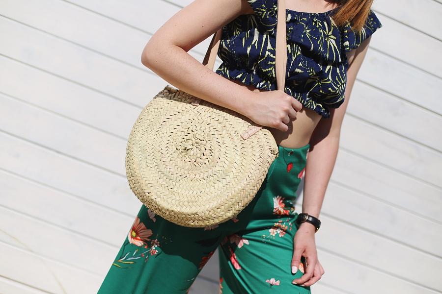 Kolorowa letnia stylizacja: krótki top, culottes, koszyk