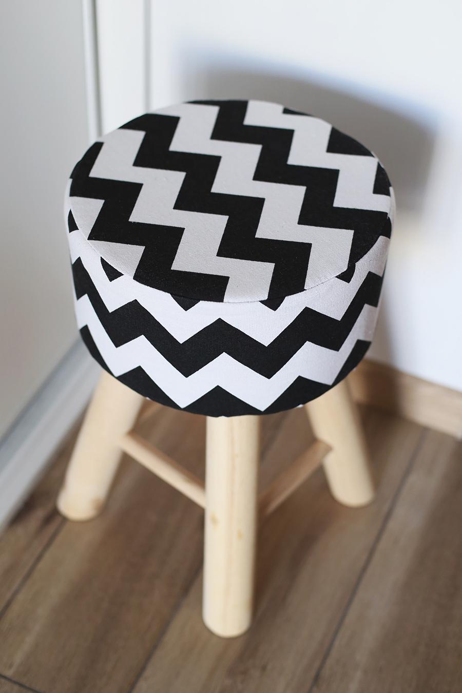 Przedpokój otwarty na salon - skandynawski stołek