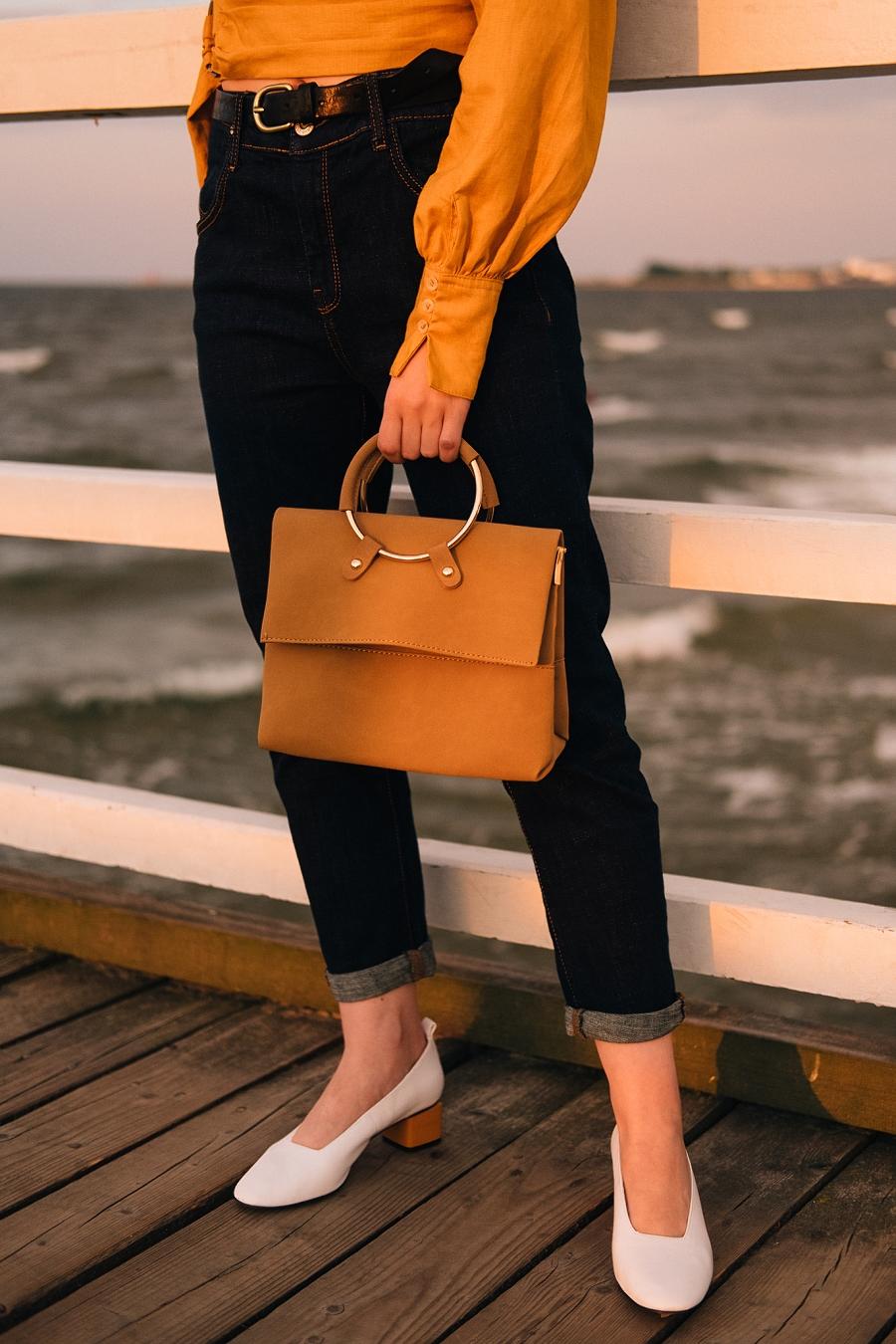 Torebka zamszowa, białe pantofle, klasyczne jeansy