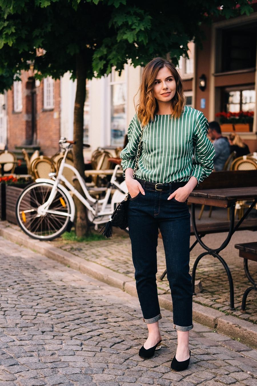 Klasyczne jeansy - elegancka stylizacja na wieczór