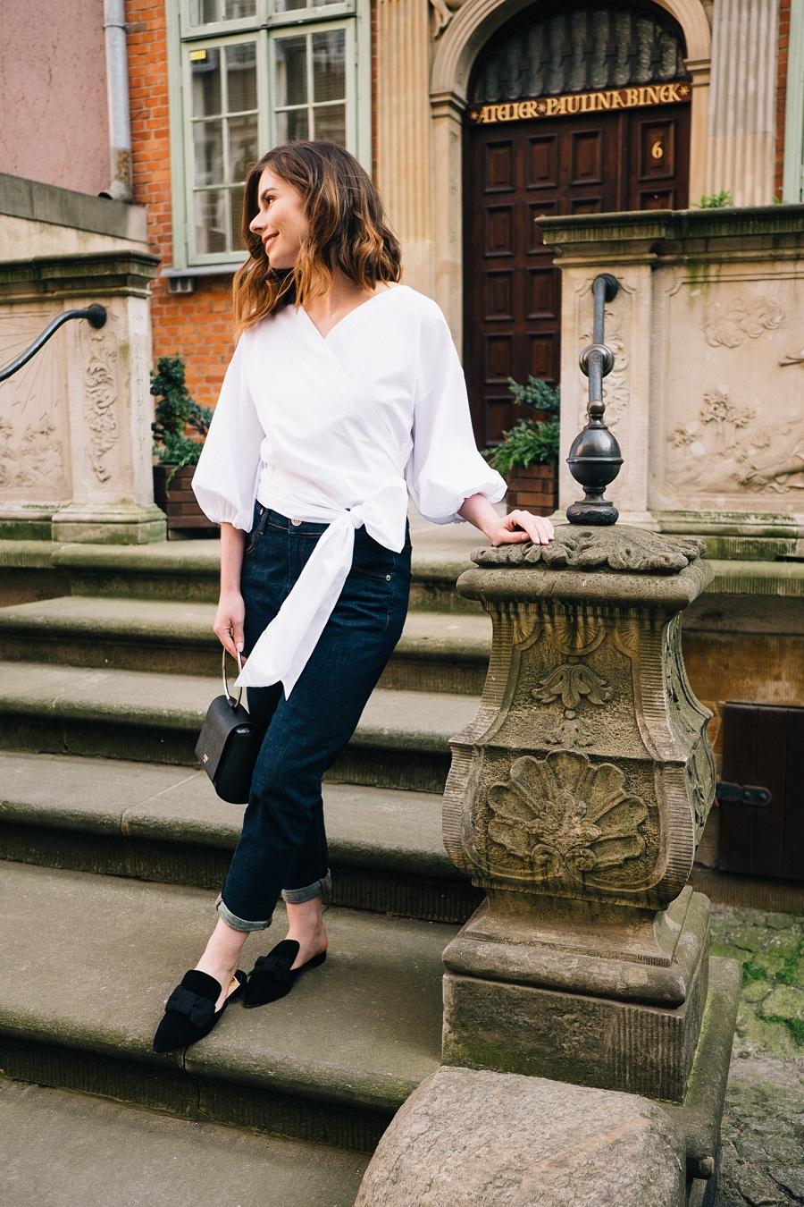 Style Guide Answear.com - klasyczne jeansy, torebka na metalowej obręczy, mule i biała koszula