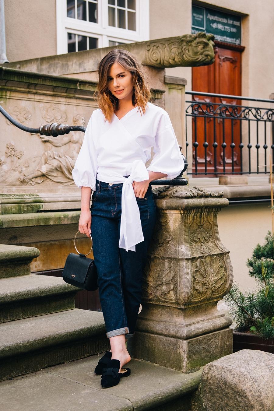 Biała koszula z bufiastymi rękawami i klasyczne jeansy z wysokim stanem - Answear.com Style Guide
