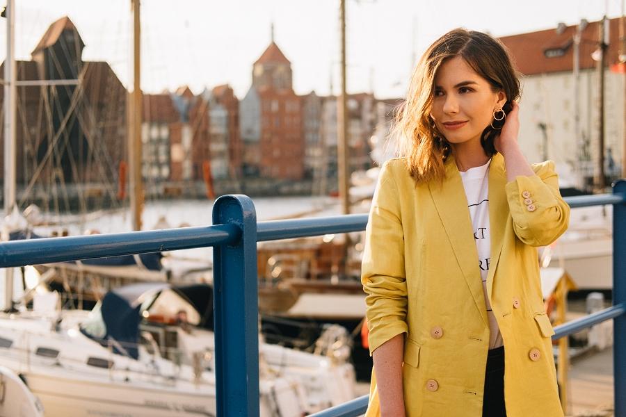 Style Guide Answear.com - biały t-shirt, cytrynowa marynarka oversize
