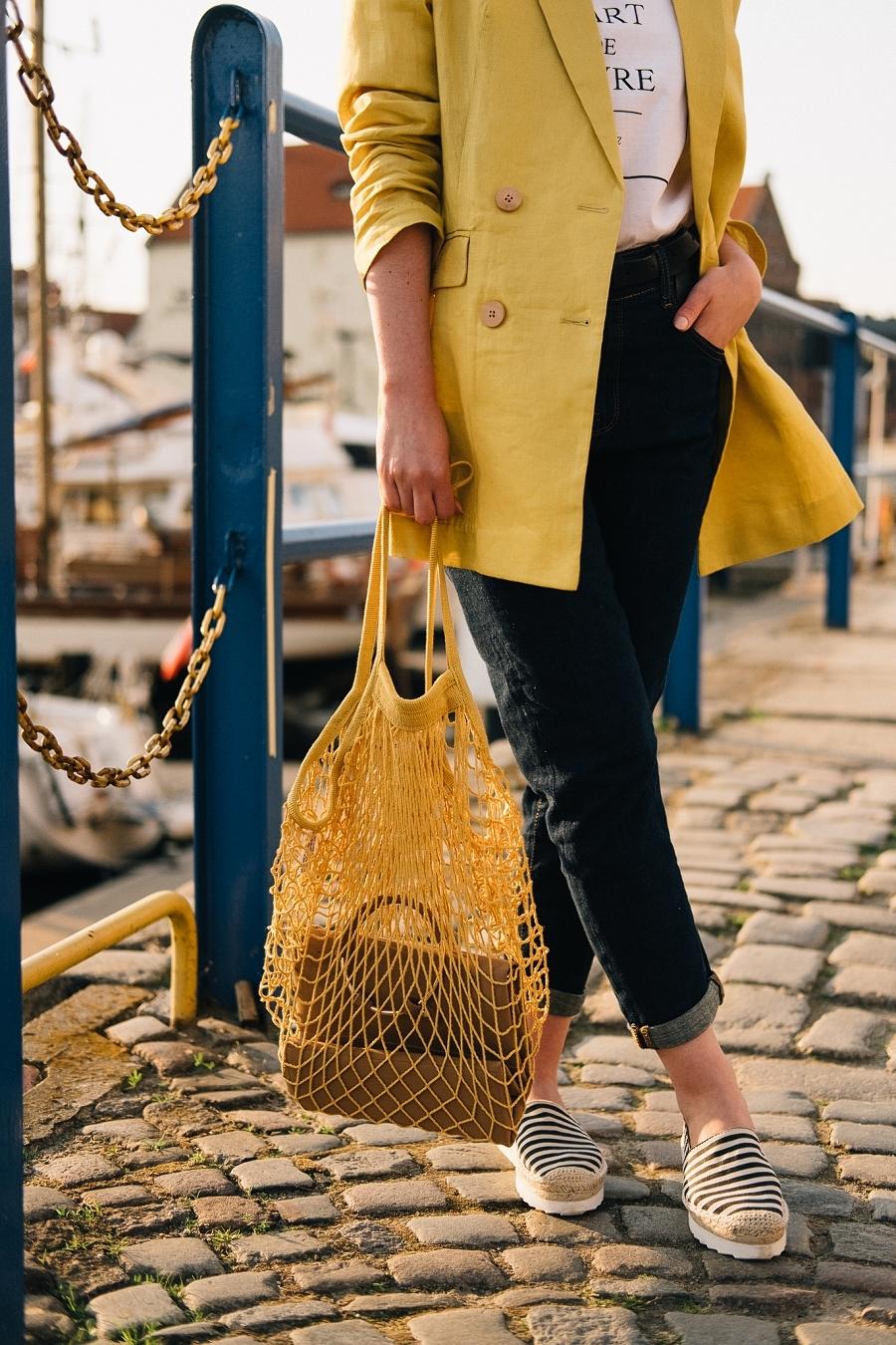 Style Guide Answear.com - siatka na zakupy PRL, espadryle, klasyczne jeansy wysoki stan, biały t-shirt, cytrynowa marynarka oversize
