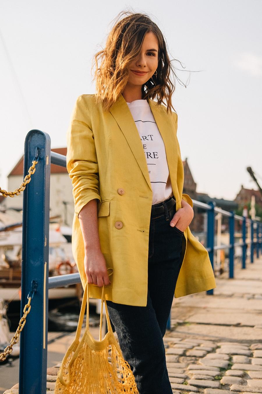 Style Guide Answear.com - siatka na zakupy PRL, klasyczne jeansy wysoki stan, biały t-shirt, cytrynowa marynarka oversize
