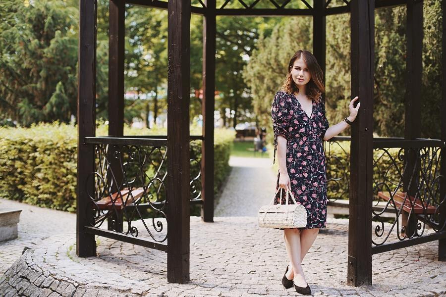 retro: sukienka w kwiaty, wiklinowy koszyk