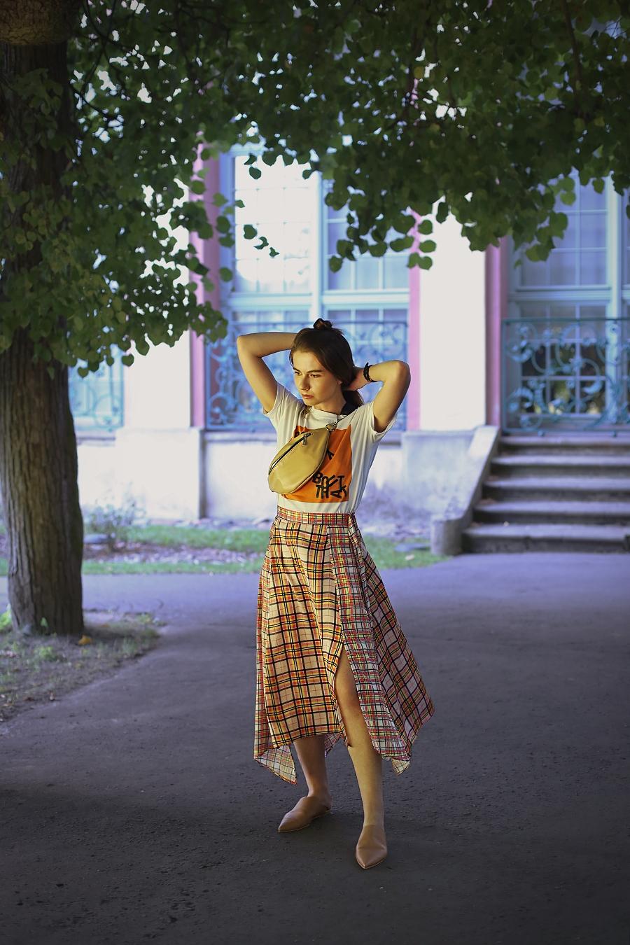 Sporty chic - spódnica w kratę, T-shirt i nerka