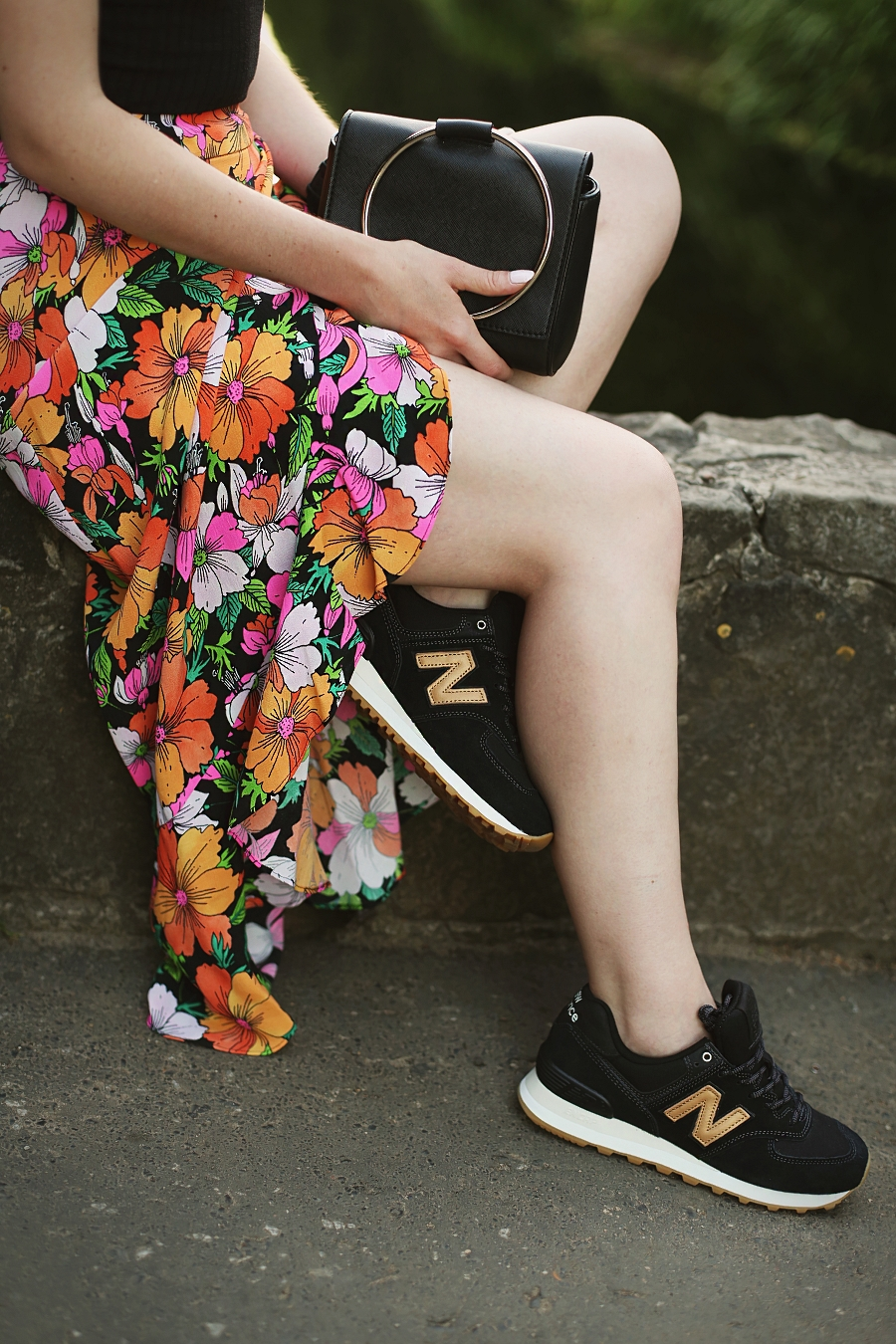 sporty chic - spódnica w kwiaty, top hiszpański dekolt, New Balance
