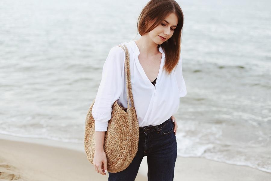 Koszula z second handu, mom jeans & pleciona torba