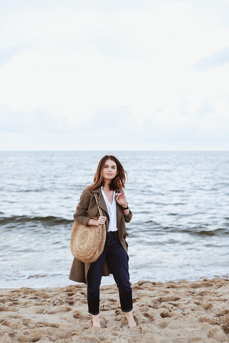 Koszula second hand, mom jeans,trencz, pleciona okrągła torba - sesja na plaży
