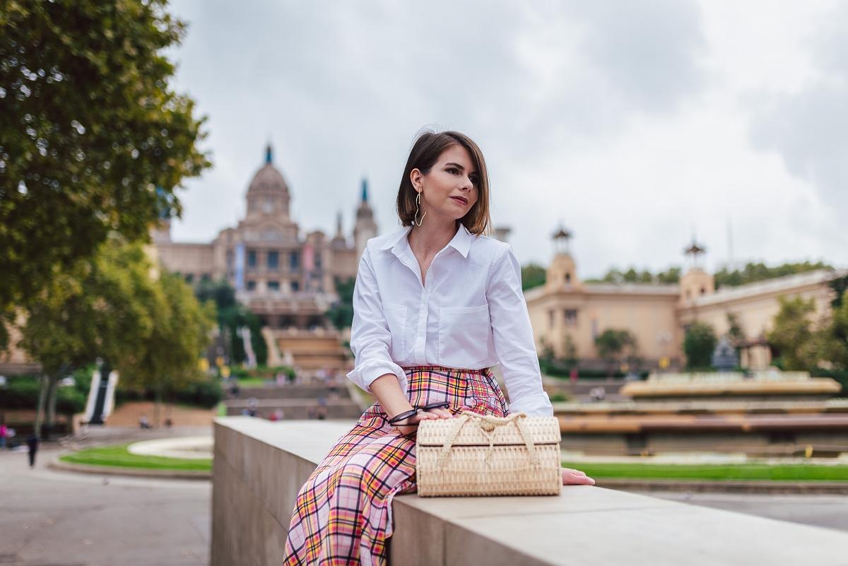 biala_koszula_z_poduszkami_i_kraciasta_spódnica_sesja_modowa_w_barcelonie_Museu_Nacional_d'Art_de_Catalunya