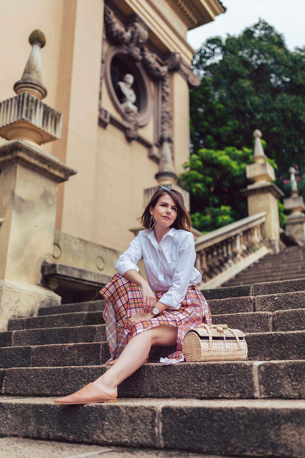 biala_koszula_z_poduszkami_i_spódnica_w_krate_sesja_w_barcelonie
