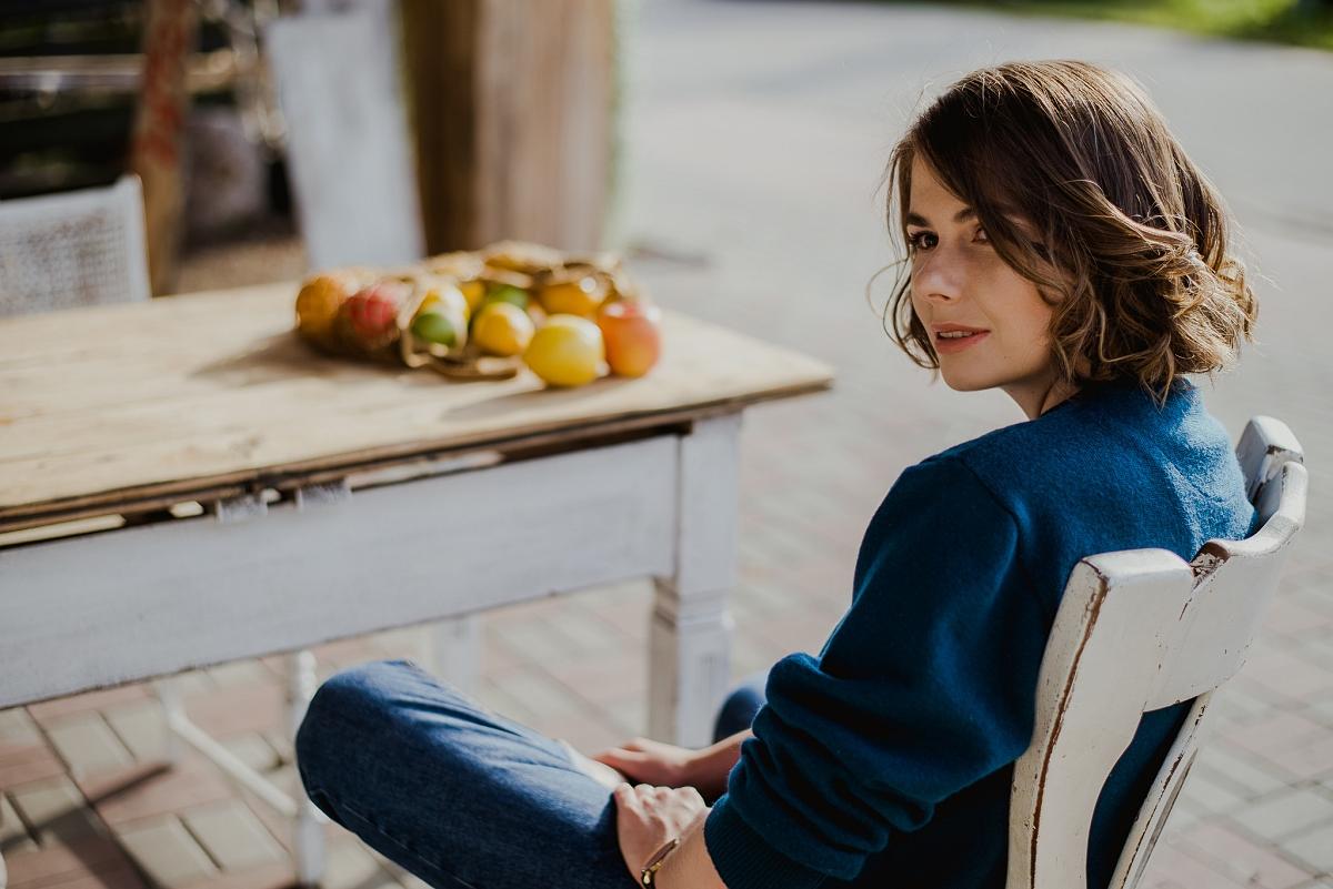 Magiczna kawiarenka we Wróblewie, sweter second hand, mom jeans
