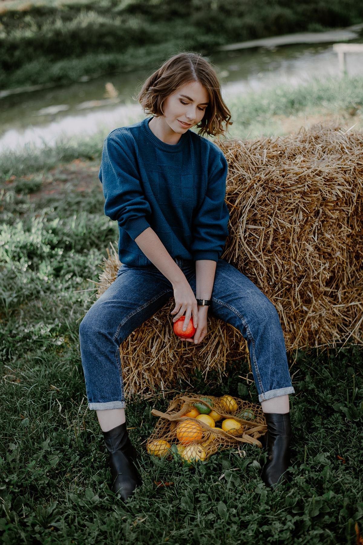 Magiczna kawiarenka we Wróblewie, sweter second hand, mom jeans, siano