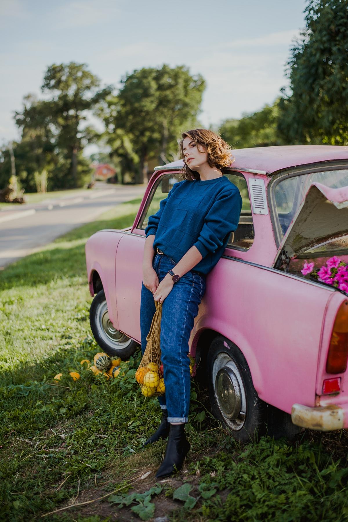 Magiczna kawiarenka we Wróblewie, Sweter second hand, mom jeans, różowa wołga