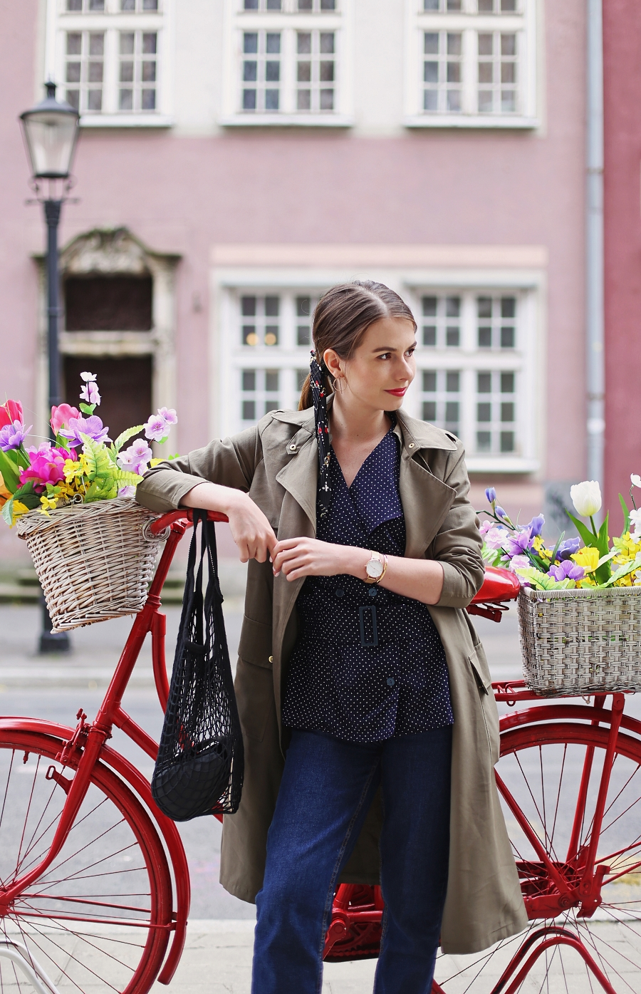 Koszula vintage w groszki, mom jeans, trencz khaki, siatka na zakupy PRL