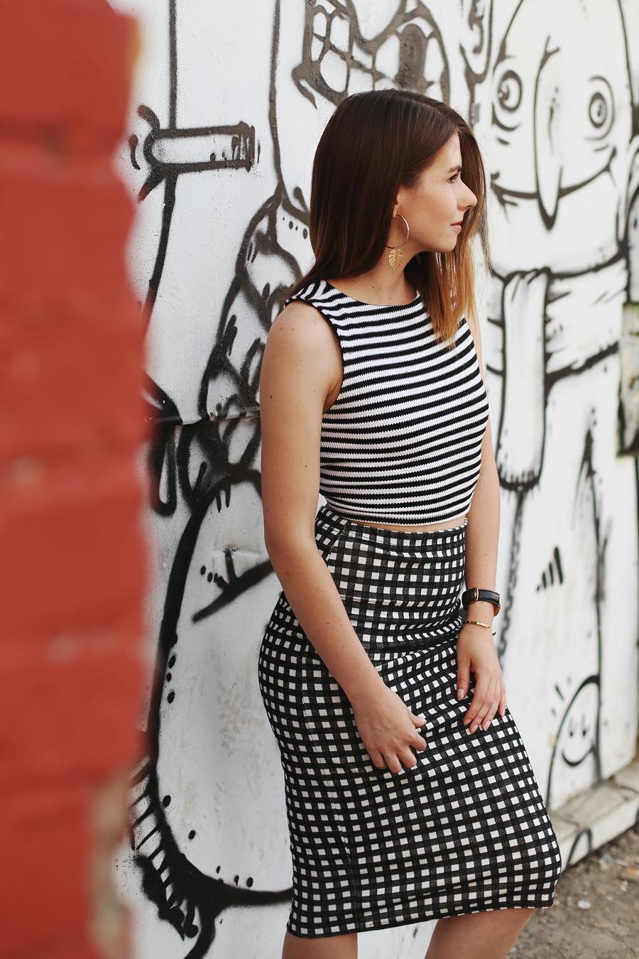 Top w paski i spódnica ołówkowa w kratę - jak łączyć wzory